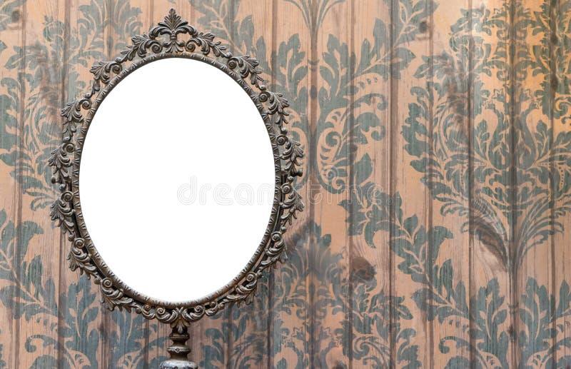 Specchio ovale in bianco sulla parete d'annata fotografia stock libera da diritti