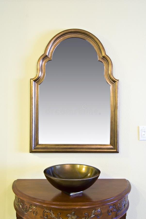 Specchio pagina con la ciotola decorativa immagini stock
