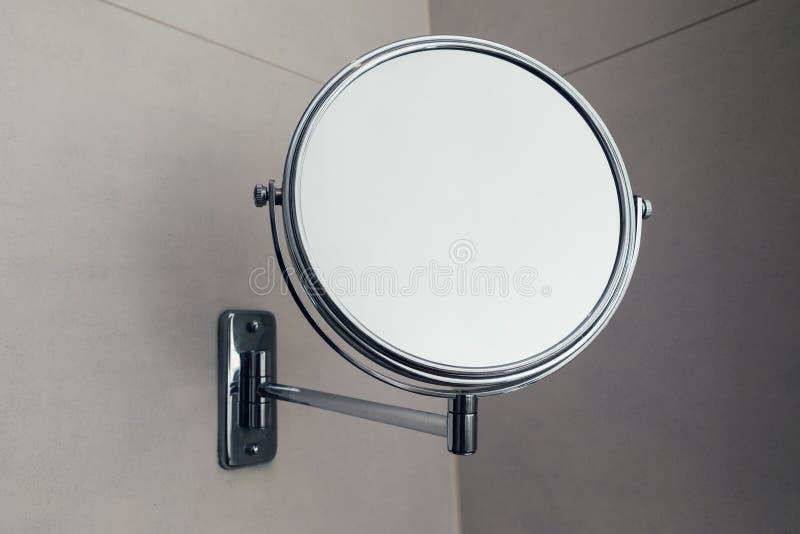 Specchio rotondo di vanità in bagno, vista del primo piano immagini stock libere da diritti