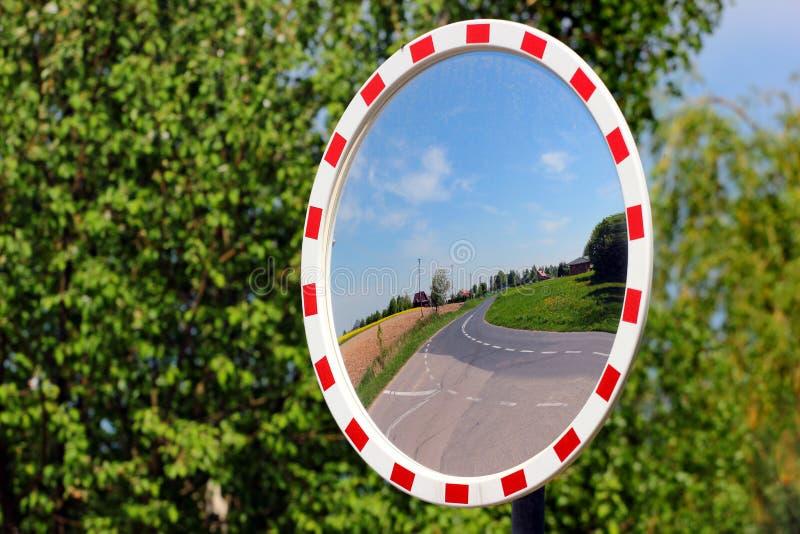 Specchio rotondo su una strada campestre immagini stock libere da diritti