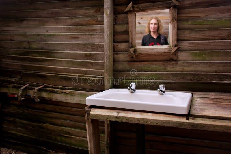Specchio in stanza da bagno sporca fotografia stock libera da diritti