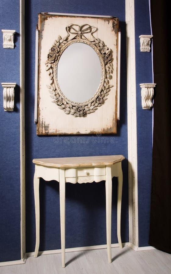 Specchio in un interno dell'annata immagine stock libera da diritti