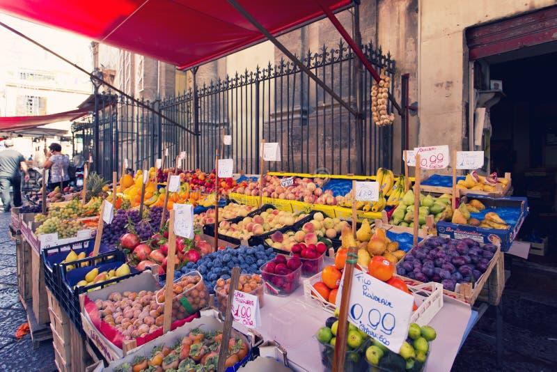 Speceriaffär på den berömda lokala marknadscapoen i Palermo, Italien arkivbild