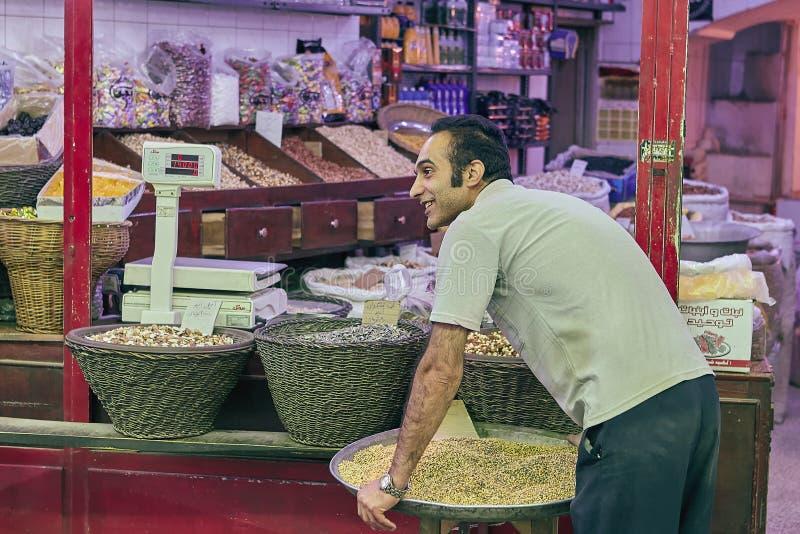 Specerihandlare i en livsmedelsbutik i den östliga basaren, Kashan, Iran royaltyfria foton