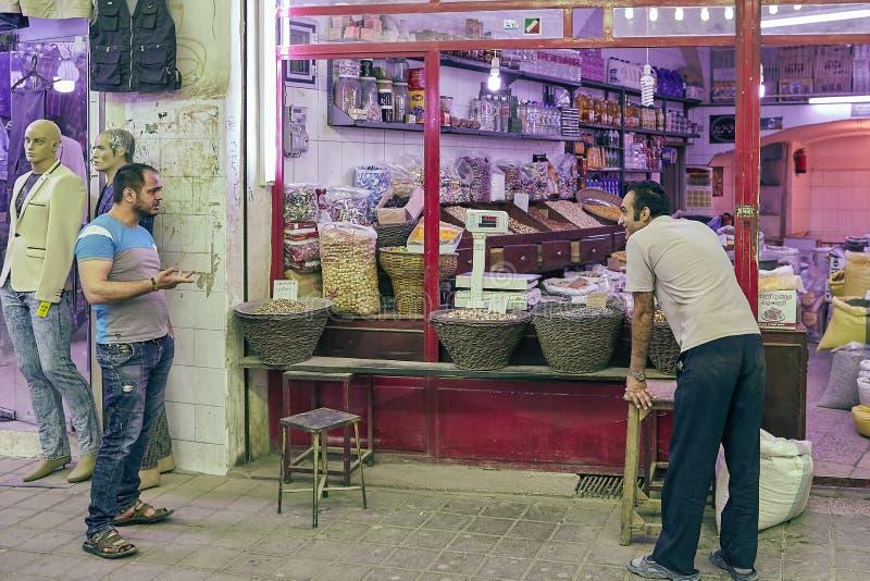 Specerihandlare i en livsmedelsbutikavdelning i den östliga basaren, Kashan, Ir royaltyfri bild