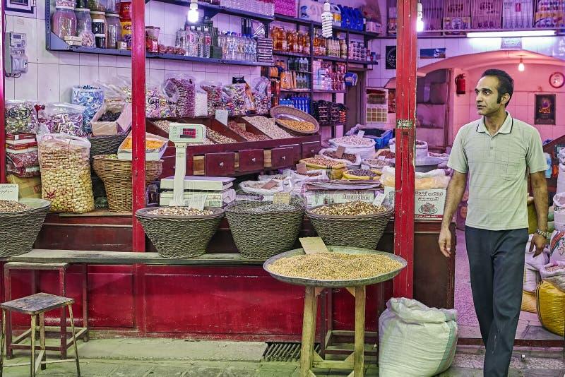 Specerihandlare i livsmedelsbutikavdelningen i den östliga marknaden, Kashan, Iran royaltyfria bilder