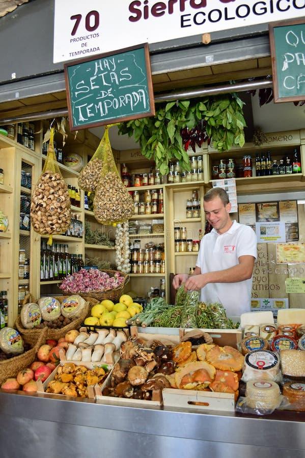 Specerihandlare shoppar på den Cadiz marknaden arkivfoton