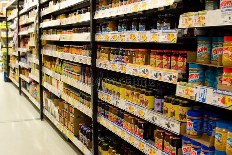 Specerijdoorgang van een kruidenierswinkelopslag stock foto