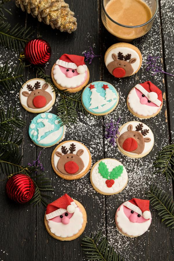 Speciaal verfraaide Kerstmiskoekjes stock foto