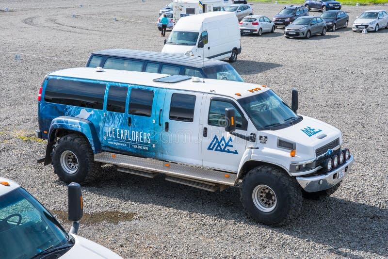 Special buss för byggandeChevrolet Kodiak på stora gummihjul arkivfoto