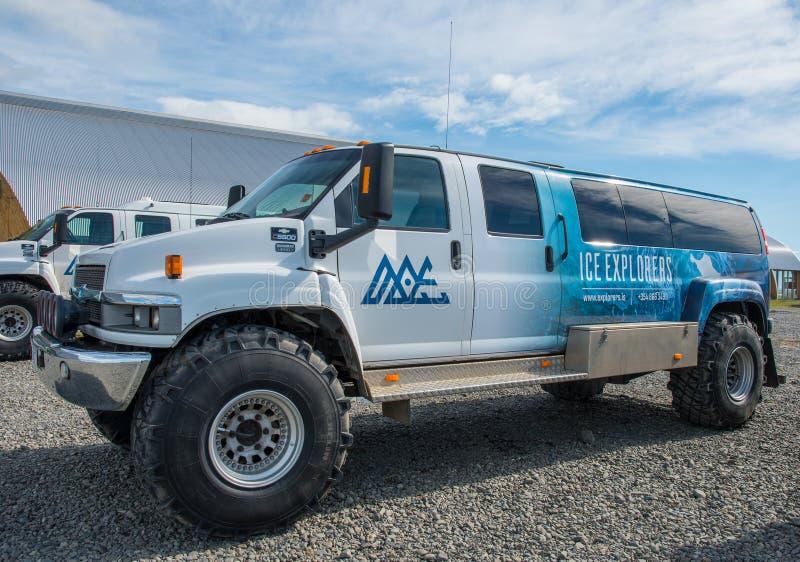 Special buss för byggandeChevrolet Kodiak på stora gummihjul fotografering för bildbyråer