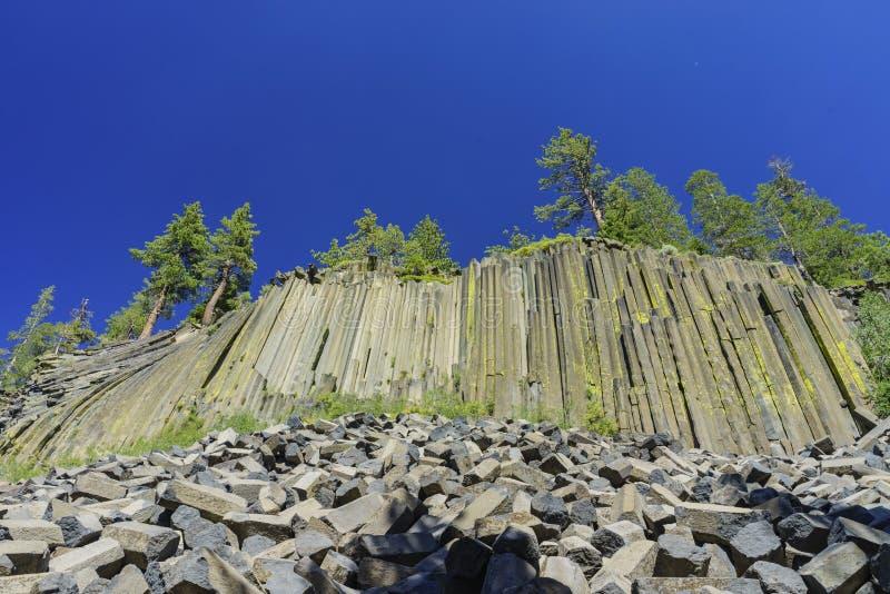 Special geologi i jäkelPostpile den nationella monumentet royaltyfri bild