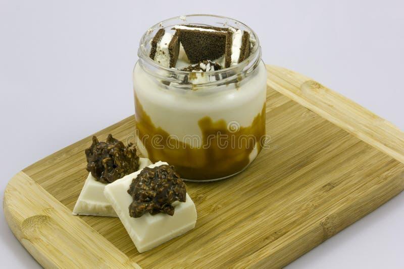 Special yoghurt på en träplatta royaltyfria foton