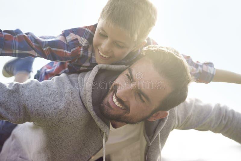 Speciala ögonblick för fader och son royaltyfri fotografi
