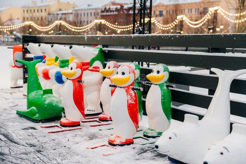 Speciala diagram gjorde i form av djur står på isisbanan som användes av nybörjare som lär skridskoåkning Skridskohjälpmedel Sake arkivfoto