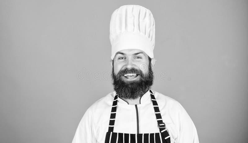 Speciale aanbieding van chef-kok Zekere gebaarde gelukkige chef-kok witte eenvormig Probeer speciaal iets Mijn geheim tipt culina stock foto