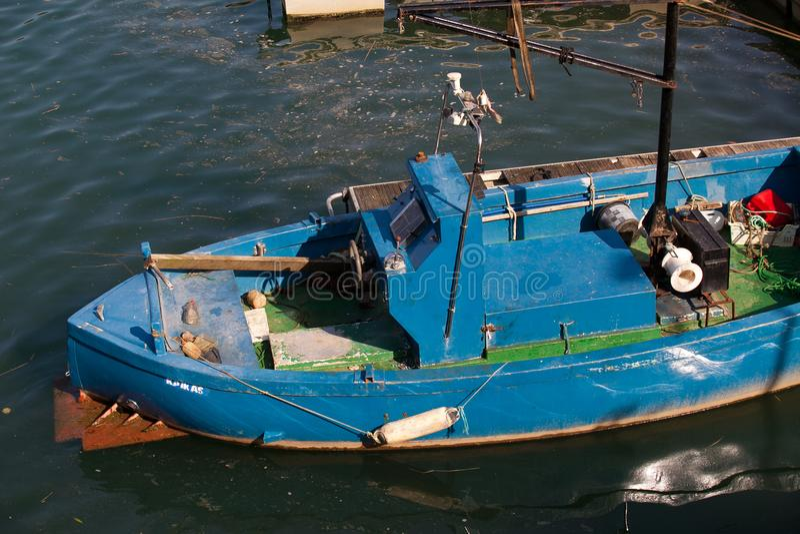 Speciale blauwe houten boot voor visserijpalingen 2 royalty-vrije stock foto's