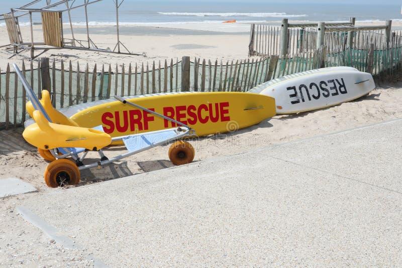 Speciale della sedia a rotelle per il salvataggio della spuma e della spiaggia di sabbia in spiaggia fotografia stock
