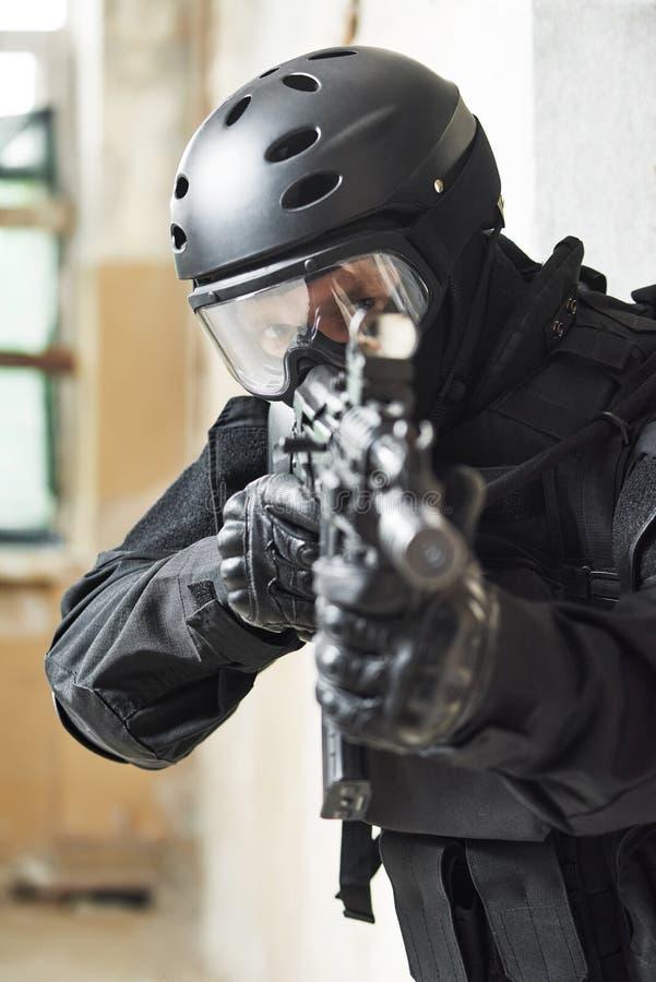 Speciale die krachten met machinegeweer klaar aan te vallen worden bewapend stock foto