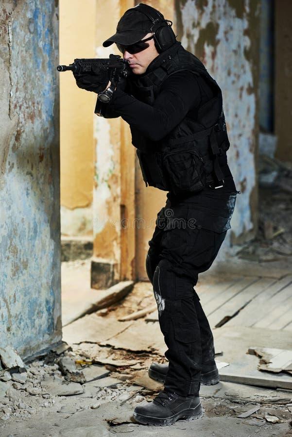 Speciale die krachten met machinegeweer klaar aan te vallen worden bewapend stock fotografie