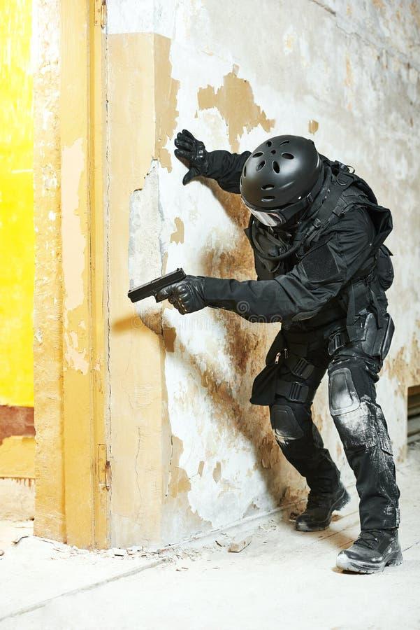 Speciale die krachten met pistool klaar aan te vallen worden bewapend stock afbeeldingen