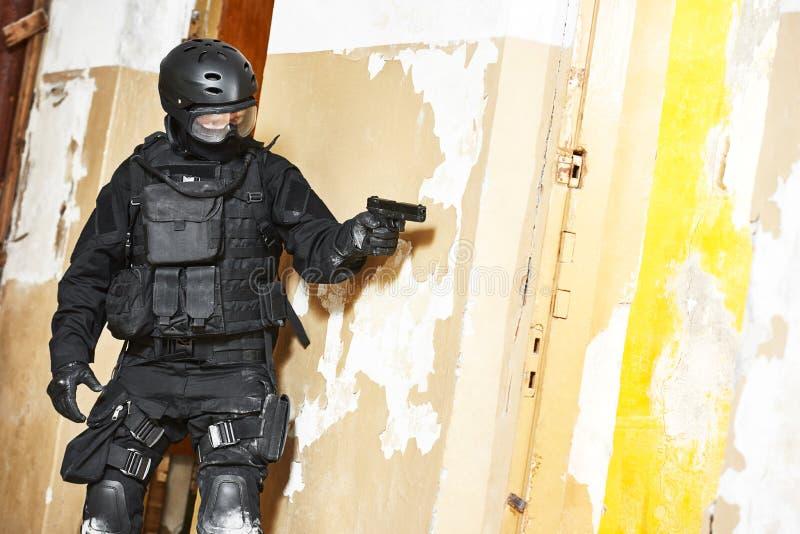 Speciale die krachten met pistool klaar aan te vallen worden bewapend stock fotografie