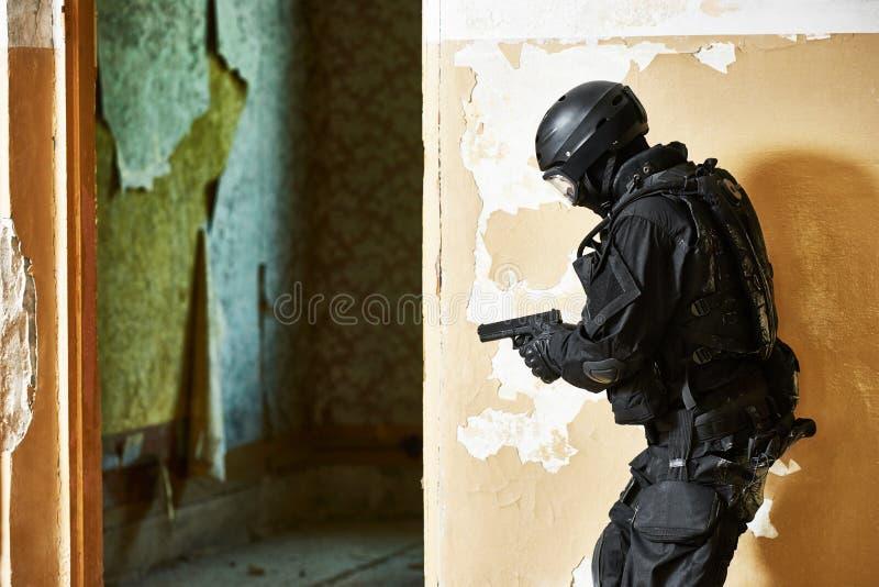 Speciale die krachten met pistool klaar aan te vallen worden bewapend stock foto