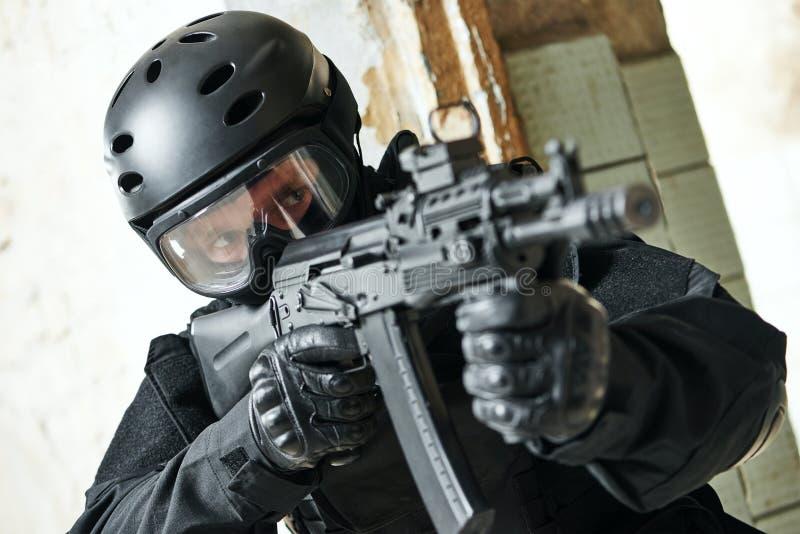 Speciale die krachtenmilitair met aanvalsgeweer klaar wordt bewapend aan te vallen stock foto