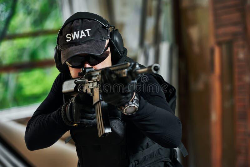 Speciale die krachtenmilitair met aanvalsgeweer klaar wordt bewapend aan te vallen stock fotografie