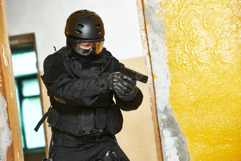 Speciale die krachtenmilitair met pistool klaar aan te vallen wordt bewapend stock foto's