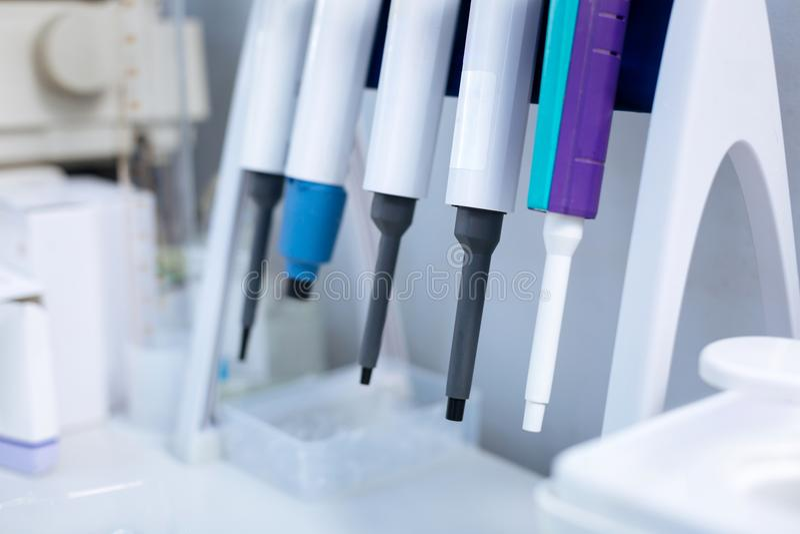 Speciale die medische apparatuur in het laboratorium wordt gevestigd stock foto