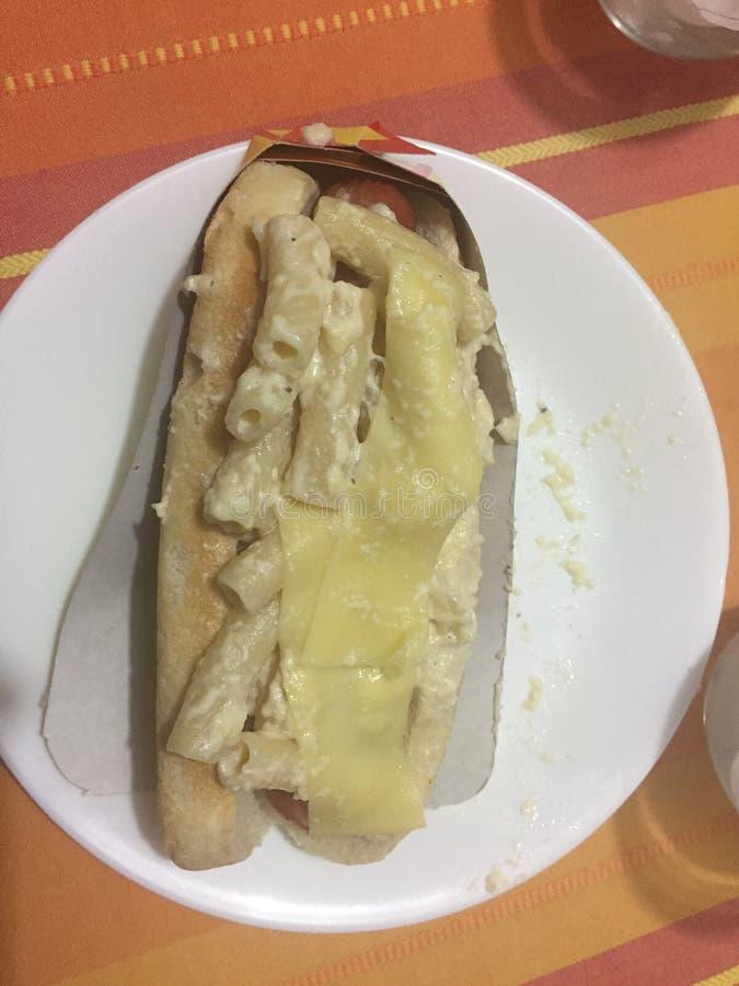 Speciale hotdog met macaroni op de bovenkant stock afbeeldingen