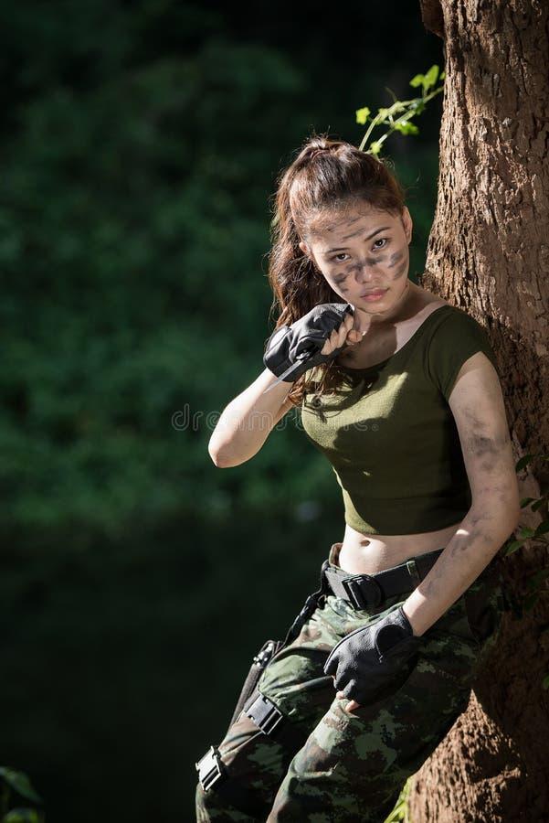 Speciale kracht met het kanon in de wildernis stock foto's