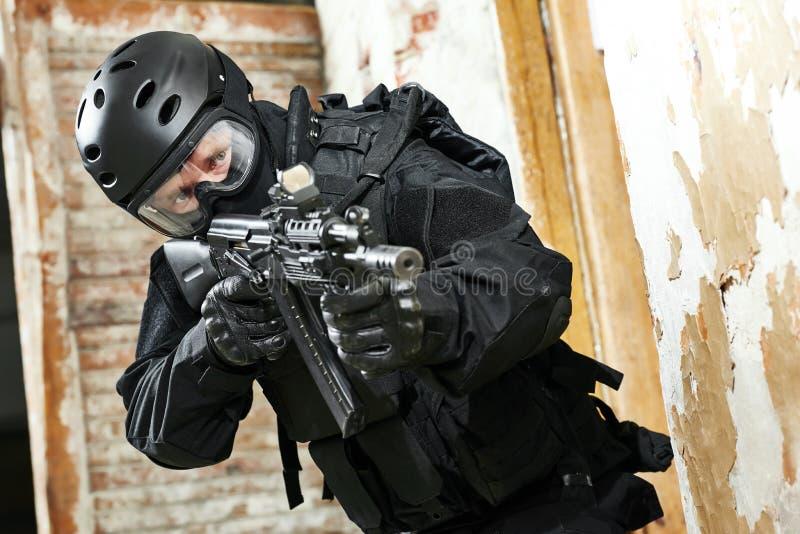 Speciale krachten die met aanvalsgeweer klaar worden bewapend aan te vallen stock foto's