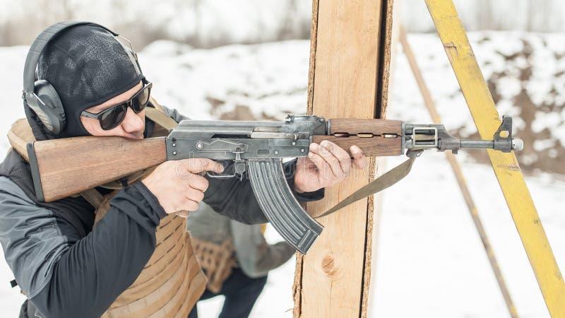 Speciale krachtenmilitair in actie, die van geweermachinegeweer schieten royalty-vrije stock foto