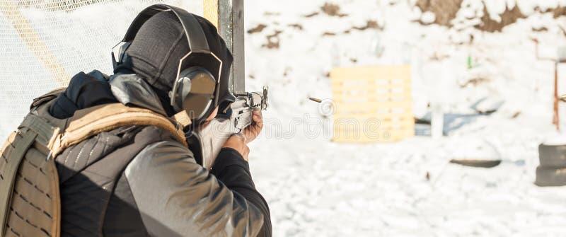 Speciale krachtenmilitair in actie, die van geweermachinegeweer schieten royalty-vrije stock afbeeldingen