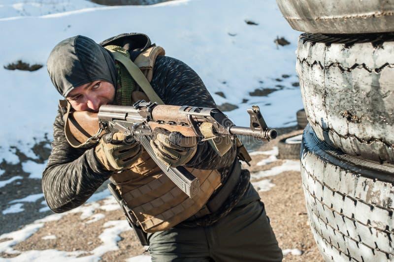 Speciale krachtenmilitair in actie, die van geweermachinegeweer schieten stock afbeeldingen