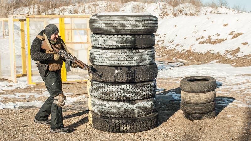 Speciale krachtenmilitair in actie, die van geweermachinegeweer schieten royalty-vrije stock foto's