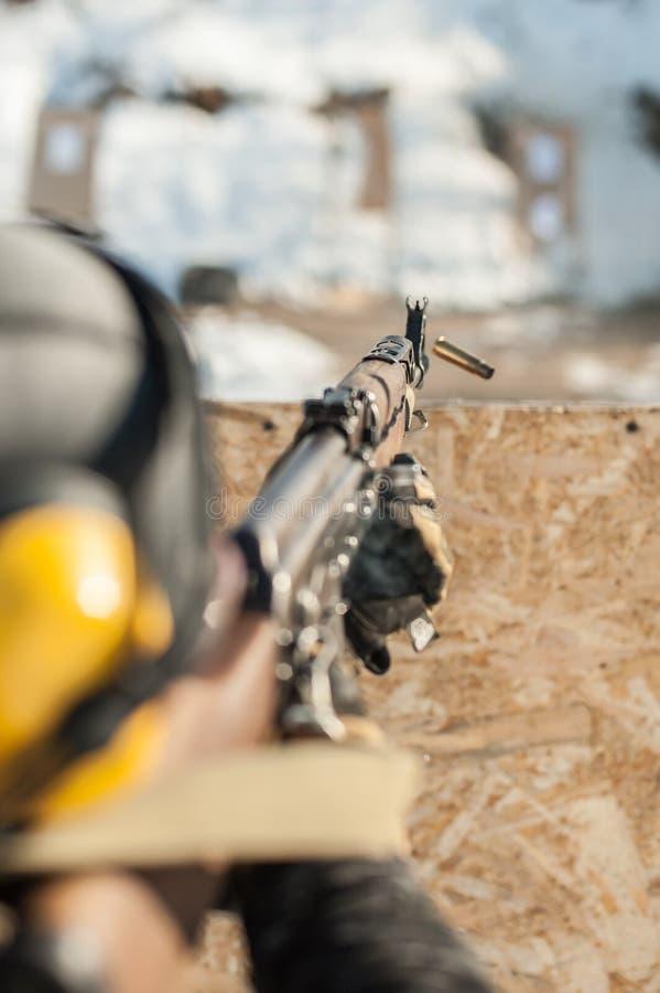 Speciale krachtenmilitair in actie, die van geweermachinegeweer schieten stock fotografie