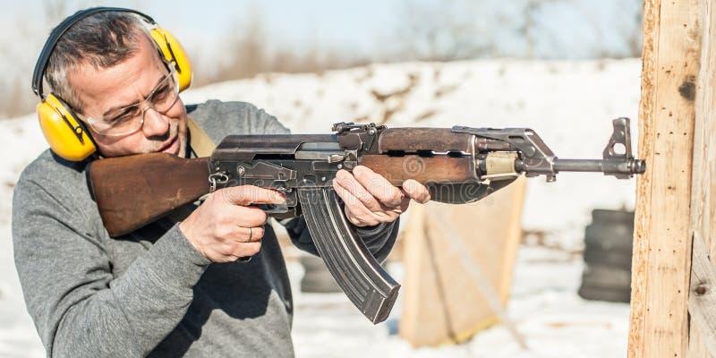 Speciale krachtenmilitair in actie, die van geweermachinegeweer schieten stock foto's