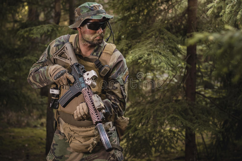 Speciale Krachtenmilitair met aanvalsgeweer royalty-vrije stock foto