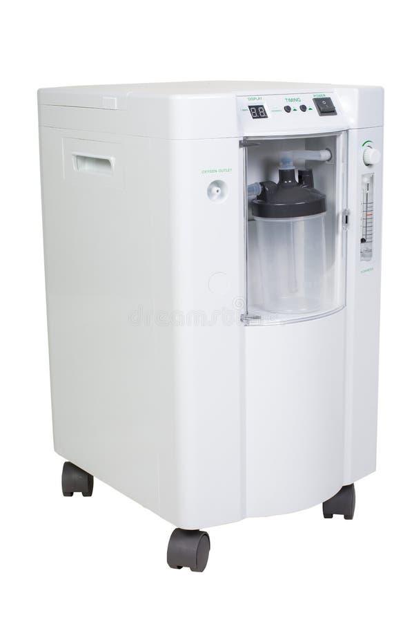 Speciale moderne die medische apparatuur - de inhalatie van de zuurstofconcentrator met stroommeter suply op wit wordt geïsoleerd royalty-vrije stock foto