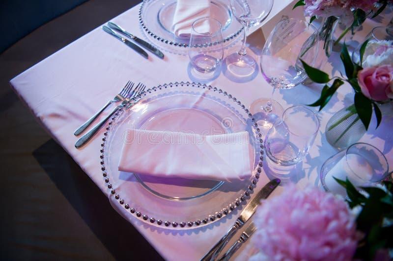 Speciale plaat en sommige glazen van een huwelijk in een fantastische atmosfeer Formeel, huwelijk royalty-vrije stock fotografie