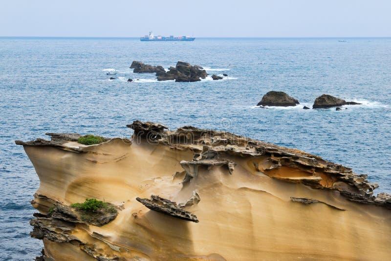 Speciale rotsachtige kust met een schip royalty-vrije stock afbeelding
