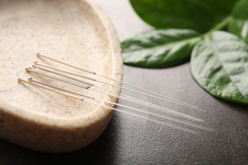 Speciale tribune met naalden voor acupunctuur royalty-vrije stock foto's