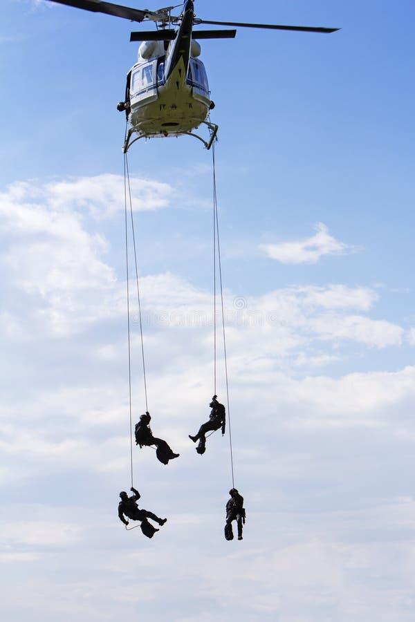 Specialförband i helikopter med himmel på bakgrund royaltyfria foton