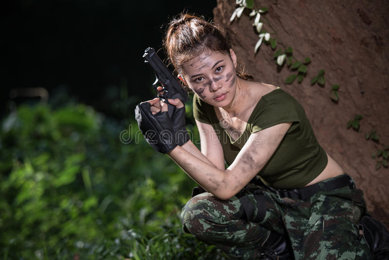 Specialförband med vapnet i djungeln royaltyfri foto