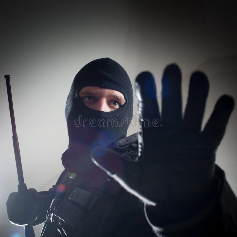 Specialförbandpolis med den taktiska polistaktpinnen royaltyfri foto