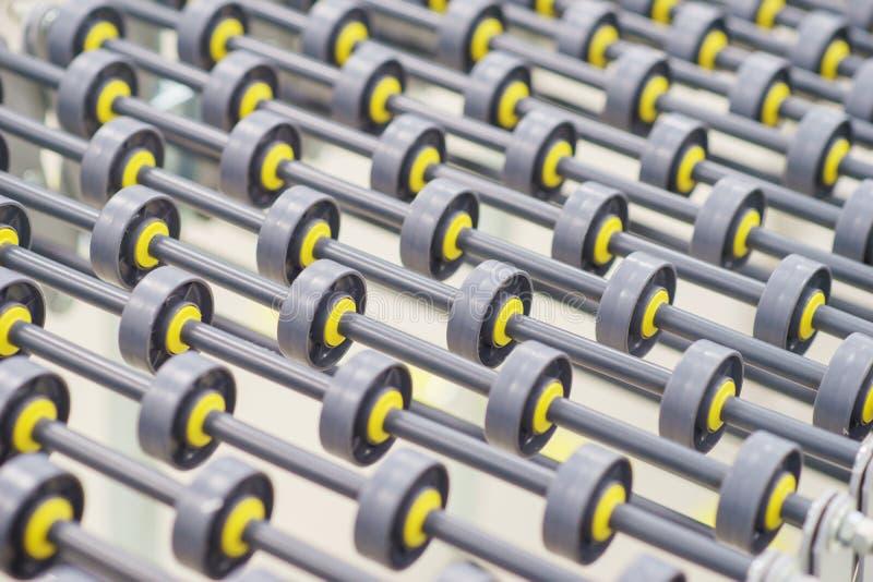 Specialiserad transportörlinje för tillverkning av medicinska produkter som består av närbild för många liten rullar arkivbild