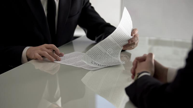 Specialist die arbeidsovereenkomst, sollicitatie, bevorderingstaak ondertekenen stock afbeelding